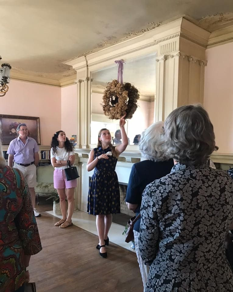 https://pasadenaheritage.org/wp-content/uploads/2019/11/A-Docent-Shares-Details-of-a-House-on-the-Craftsman-Weekend-Tour-Route.jpg